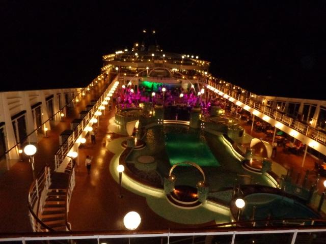 Deck externo à noite - MSC Magnifica
